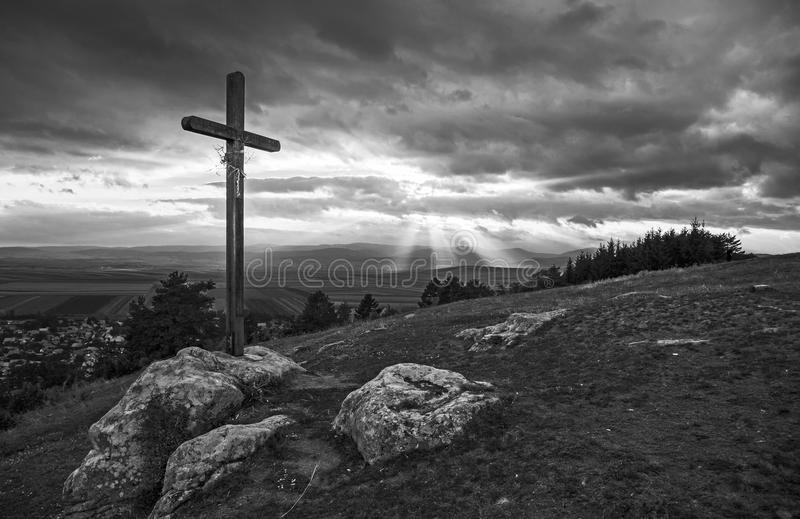 Cruz-de-madera-en-la-colina-en-blanco-y-negro-81164916